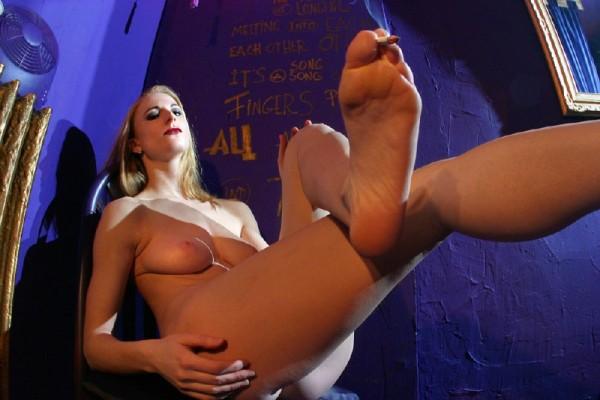 chica-mala-posando-desnuda_12