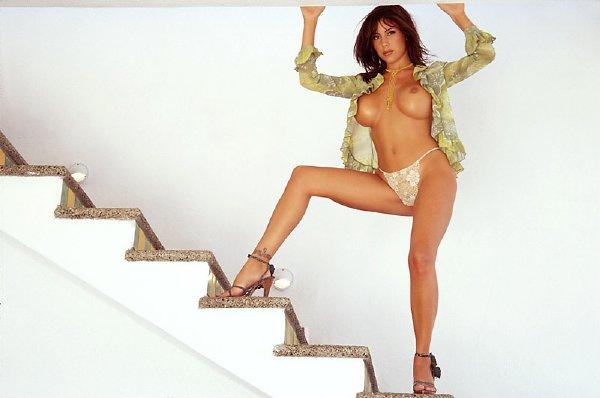 posando-desnuda-en-la-escalera_04
