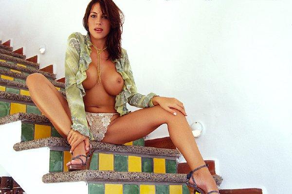 posando-desnuda-en-la-escalera_06