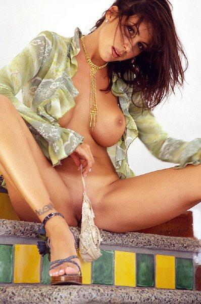 posando-desnuda-en-la-escalera_08