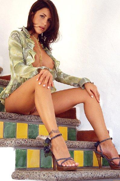 posando-desnuda-en-la-escalera_10
