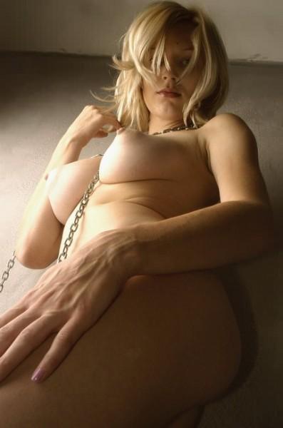desnuda-con-cadenas_01
