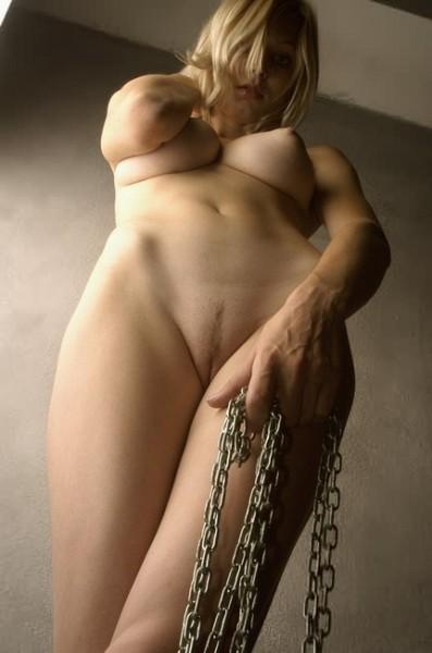 desnuda-con-cadenas_13