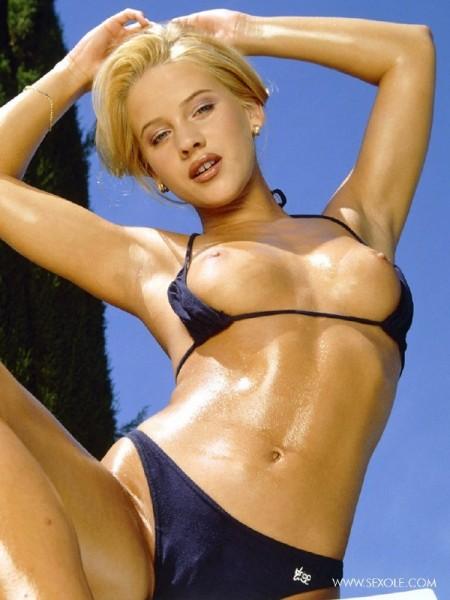 nena-rubia-desnuda-piscina_04