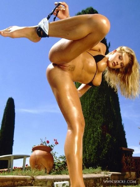 nena-rubia-desnuda-piscina_13