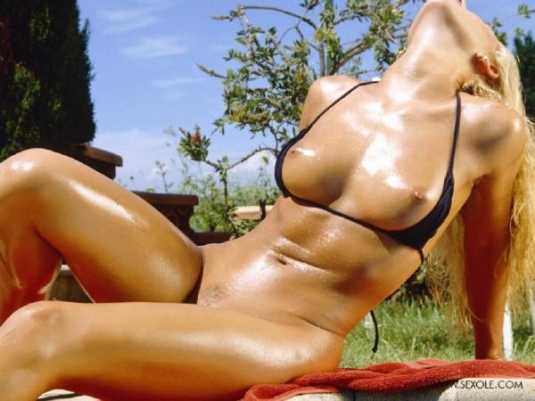 nena-rubia-desnuda-piscina_14