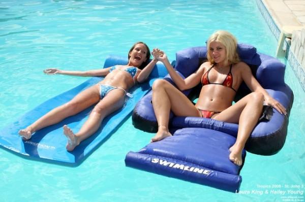 dos-amigas-en-la-piscina_01