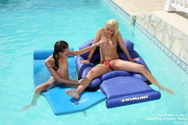 dos-amigas-en-la-piscina_03