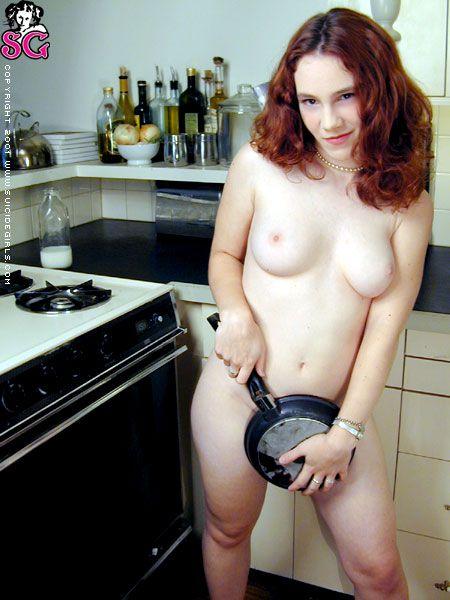 Mamá se queda desnuda en la cocina -
