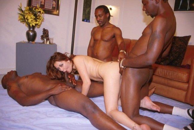 tres-negros-se-follan-a-una-blanquita_02