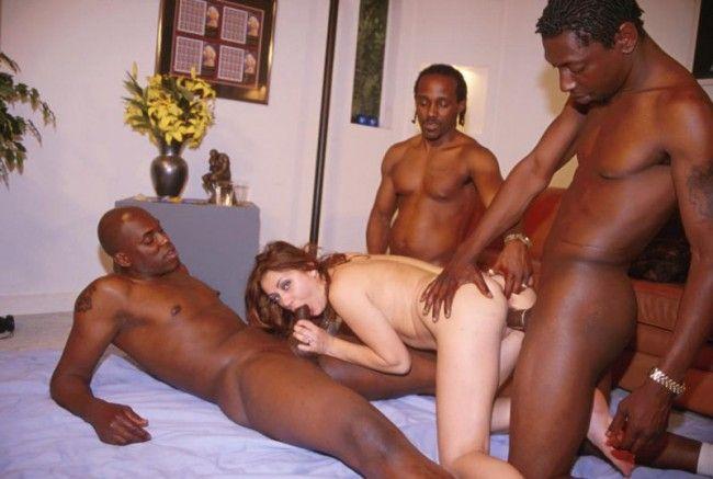 Humilla y disfruta ver a su esposa cojida por el negro - 2 2