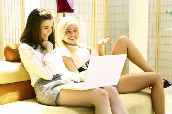 dos-chicas-consolandose-en-el-sofa_01