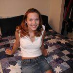 Jovencita Amateur se desnuda en su dormitorio
